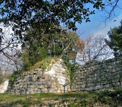Aix-en-Pce, Entremont, 2e rempart, courtine et bastion 2, tronc d'arbre à droite, vue depuis l'ouest